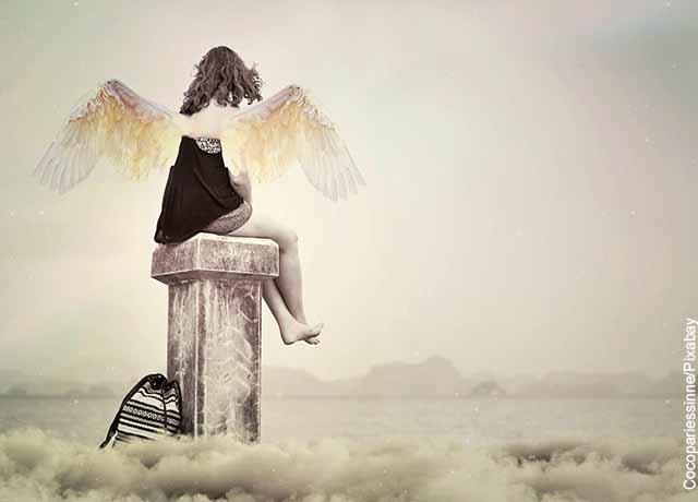 Foto de un ángel sentado sobre una columna