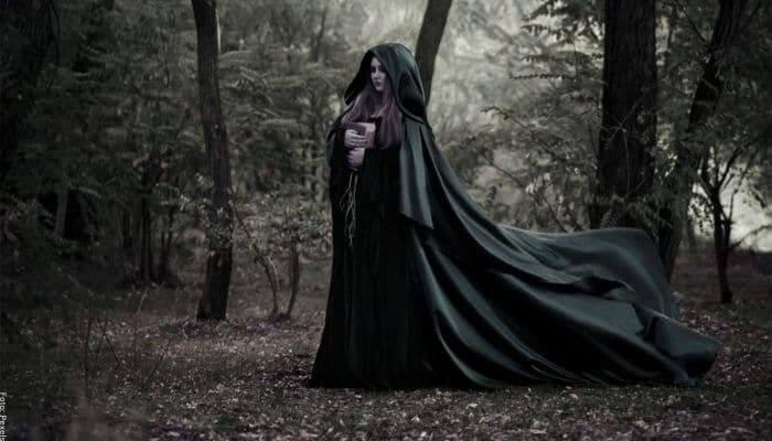 Foto de una bruja en el bosque