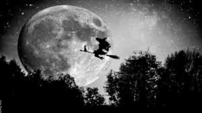 Foto de una bruja volando