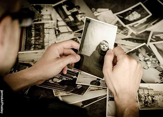 Foto de un hombre viendo una foto antigua