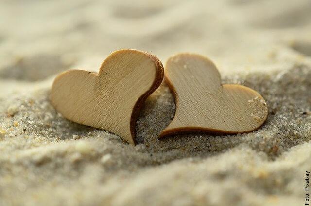 foto de dos corazones en la arena
