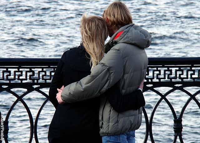 Foto de una pareja abrazada frente al mar