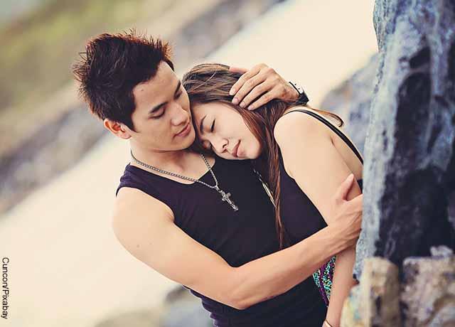 Foto de una pareja de novios abrazada que revela lo que XOXO