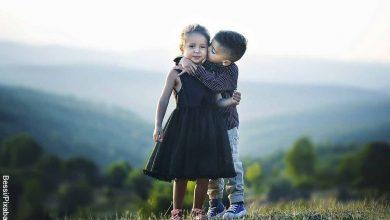 Foto de dos niños abrazándose que revela qué significa XOXO