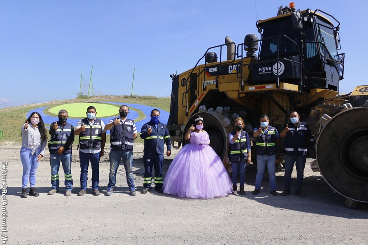 Foto de la quinceañera con el equipo de trabajo de su padre