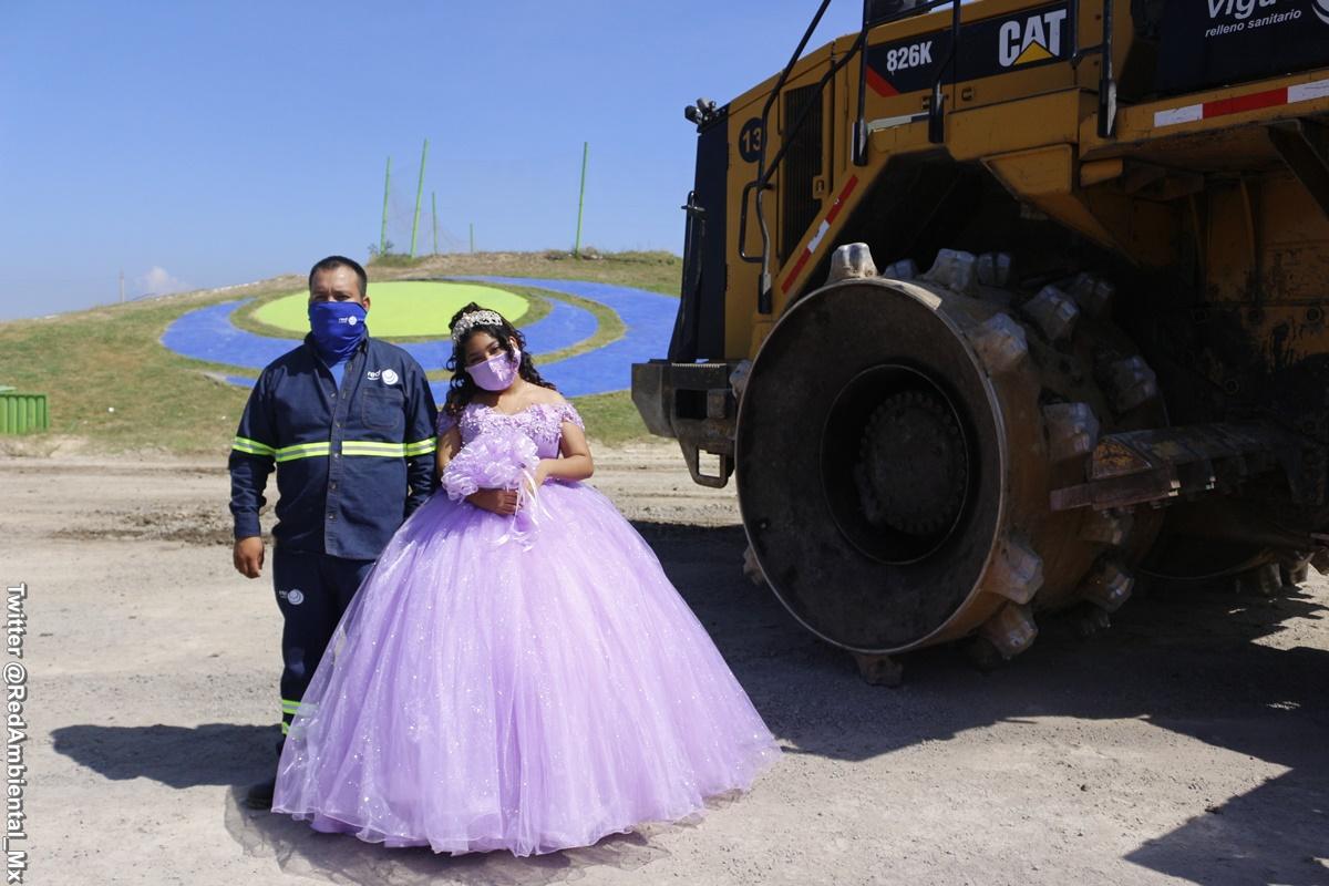 Foto de la quinceañera al lado de su padre en su lugar de trabajo
