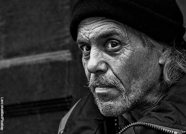 Foto de un adulto mayor en blanco y negro