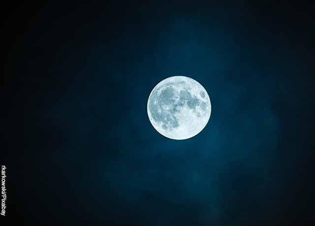 Foto de la luna llena en el cielo