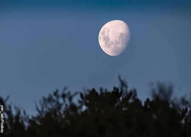 Foto de un atardecer en el campo que muestra el significado de la luna