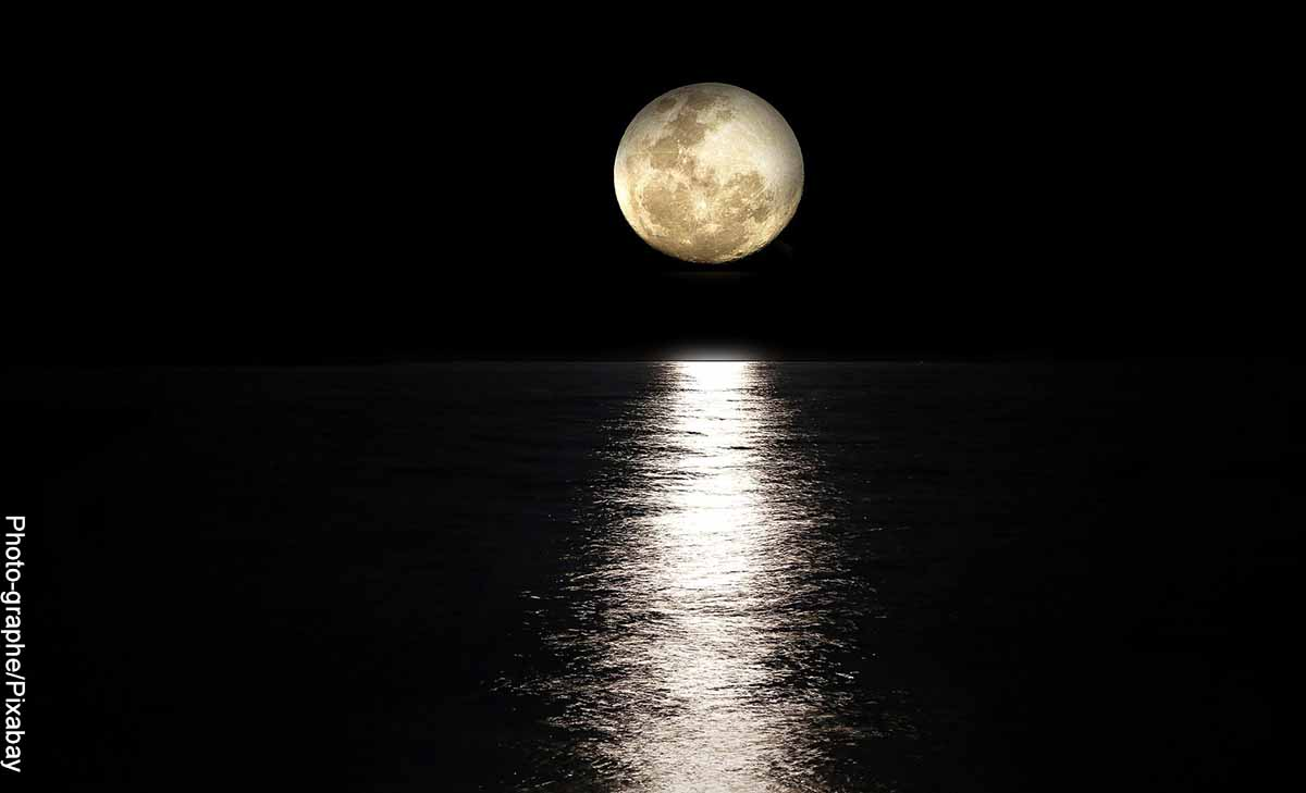 Foto de la luna sobre el agua que revela el significado de la luna