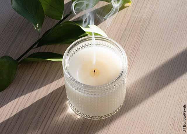 Foto de una vela blanca apagada