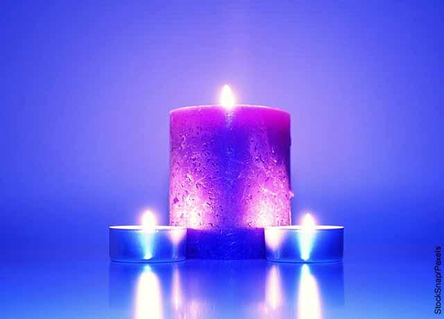 Foto de dos velas azules y una rosada