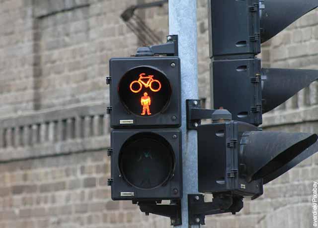 Foto de un semáforo de bicicletas