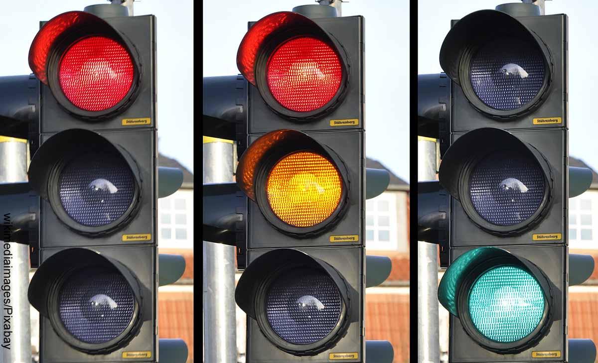 Foto de tres semáforos que revela el significado de los colores del semáforo