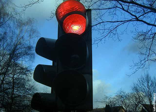 Foto de una luz roja que revela el significado de los colores del semáforo