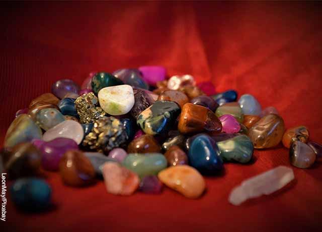 Foto de muchas piedras preciosas sobre una mesa roja