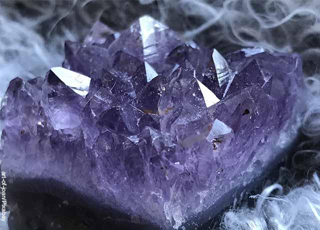 Foto de una piedra de cuarzo morada