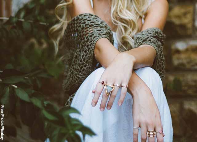 Foto de las manos de una mujer sentada