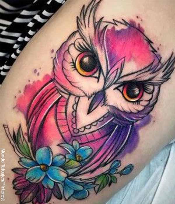 Foto de un tatuaje de una lechuza en colores