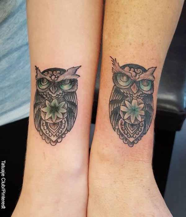 Foto de dos personas con una lechuza tatuada