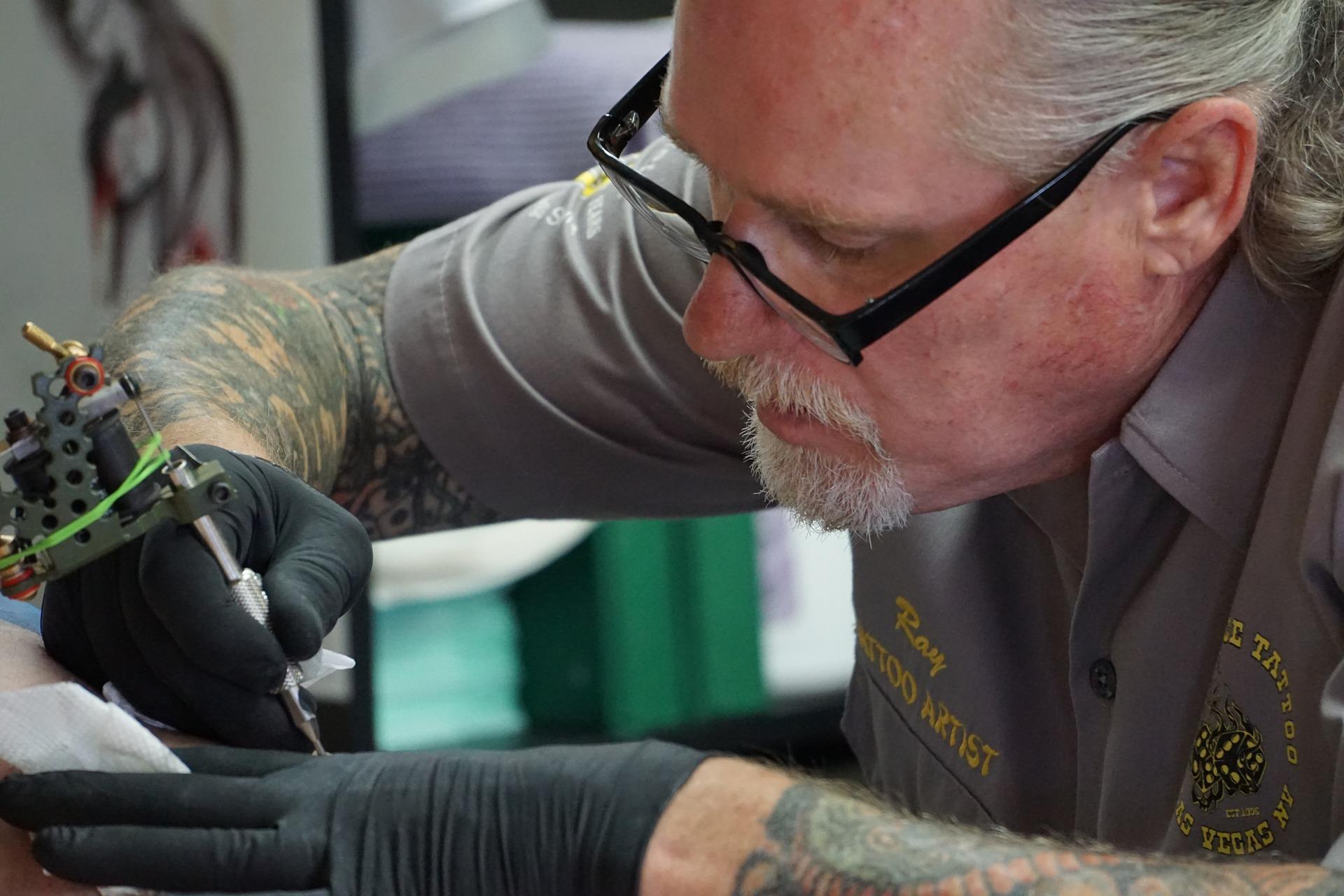Foto de un tatuador que revela el significado del tatuaje de búho