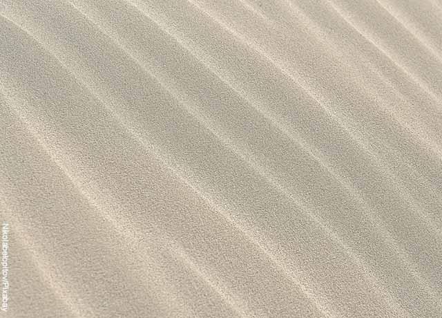 Foto de arena en la playa que muestra lo que es soñar con arena