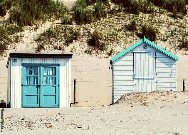Foto de dos casas pequeñas en la playa