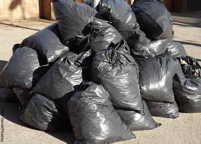 Fotos de bolsa de basura negra en la calle