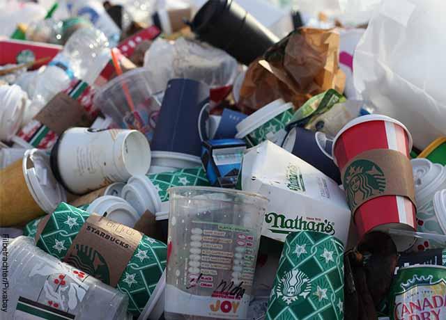Foto de desperdicios plásticos que muestra lo que es soñar con basura