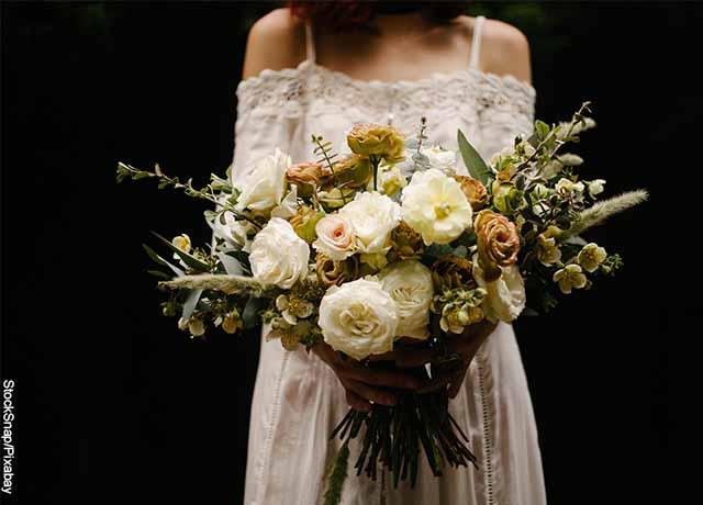 Foto de una mujer con un ramo de flores que releva soñar con flores blancas