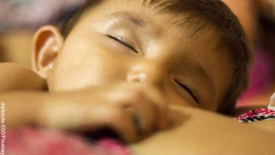 Foto de un bebé durmiendo que revela lo que es soñar con leche materna