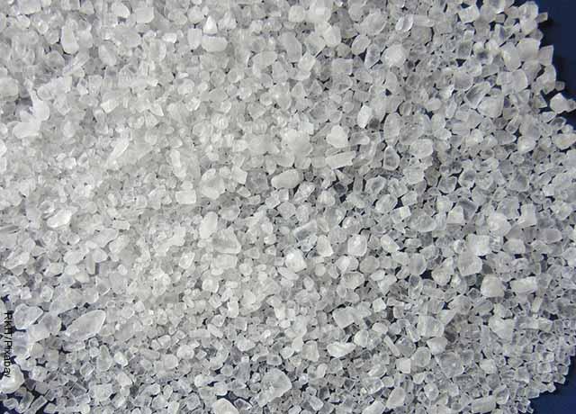 Foto de granos de sal marina sobre una mesa