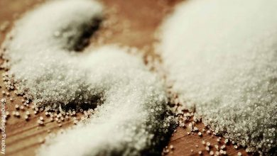 Foto de muchos granos de sal sobre una mesa que revelan lo que es soñar con sal