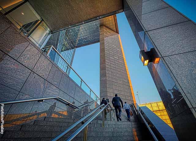 Foto de unas escaleras a la entrada de edificio