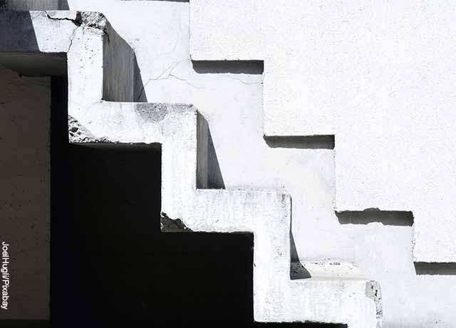 Foto de escaleras blancas en una casa