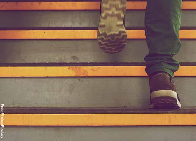 Foto de una persona subiendo escaleras corriendo que ilustra lo que es soñar con subir escaleras