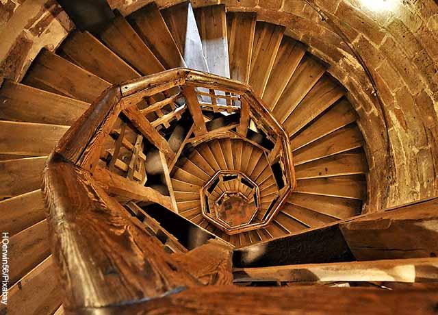 Foto de escaleras en caracol de madera vieja