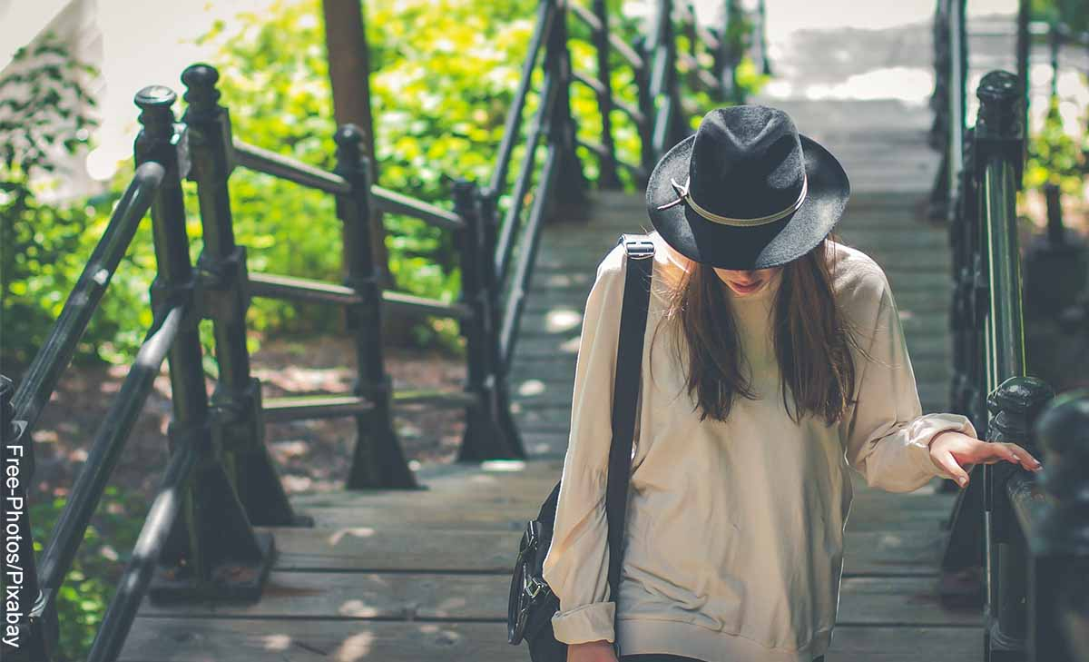 Foto de una mujer en unas escaleras del parque que revela lo que es soñar con subir escaleras