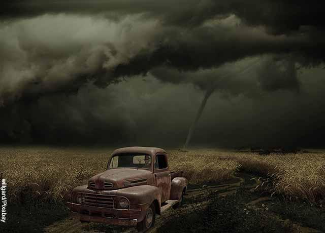 Foto de una tornado sobre un campo