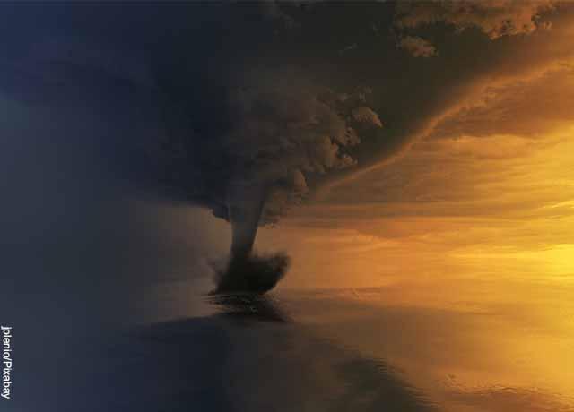Foto de un tornado con los rayos del solo a un lado