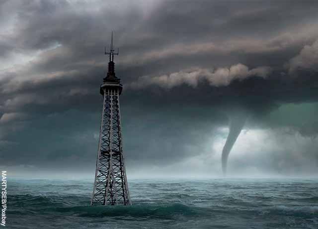 Foto de un tornado cerca a una torre en el agua
