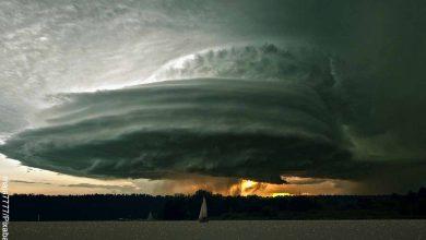 Foto de un fenómeno natural sobre el agua que revela lo que es soñar con tornados