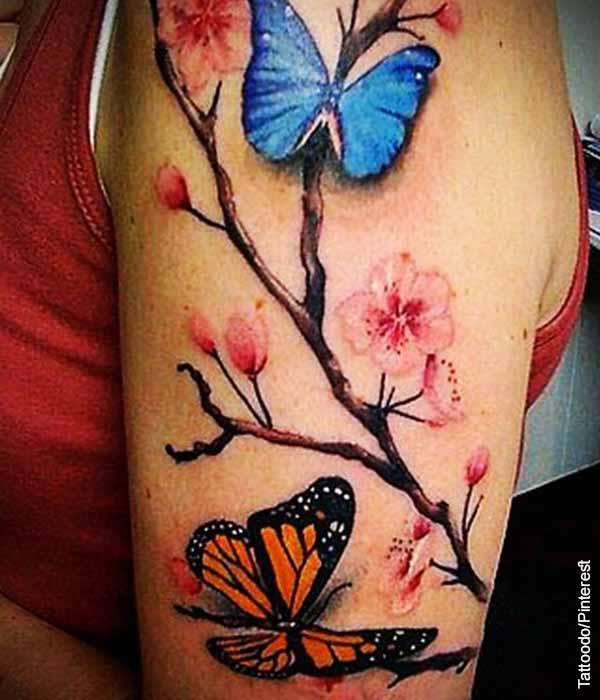 Foto de tatuaje en el brazo de una mujer de flores