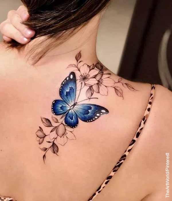Foto de la espalda de una mujer que muestra tatuajes de mariposas y su significado