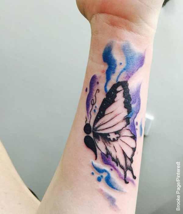 Foto de un brazo de una mujer con un tatuaje de mariposa