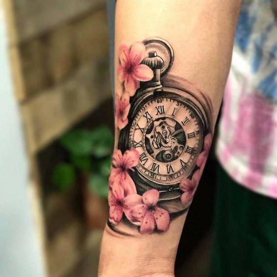 Foto de un diseño de tatuaje de rosas y un reloj