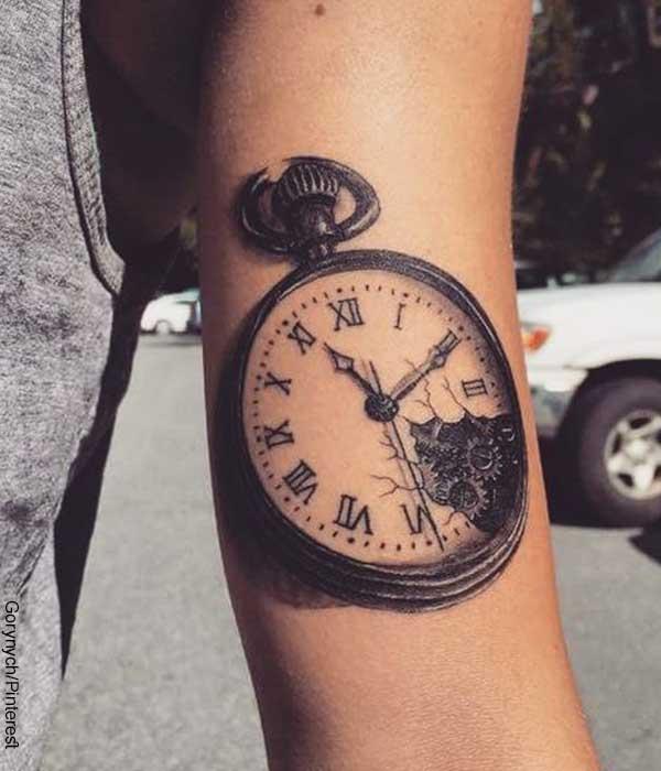 Foto de una mujer con un brazo tatuado que revela los tatuajes de relojes y su significado