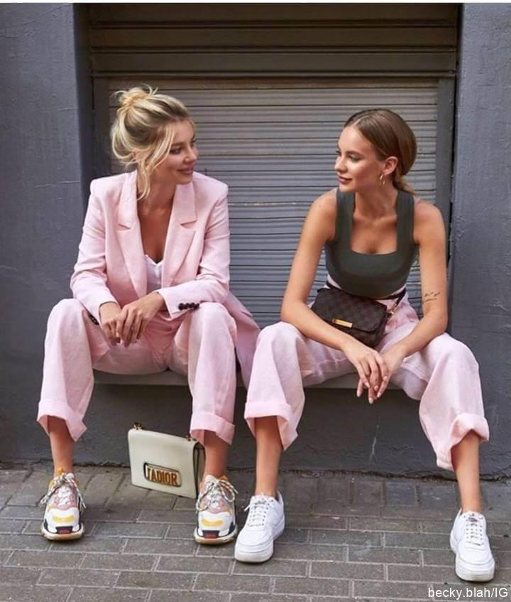 Foto de dos mujeres con sastre rosa