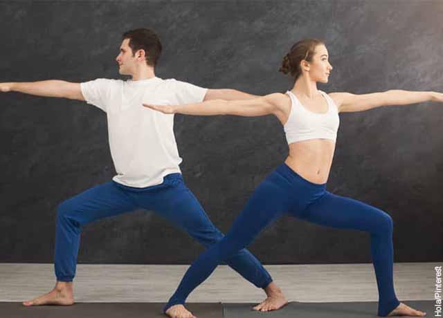 Foto de dos personas con las piernas y brazos estirados que revela cómo hacer yoga en pareja