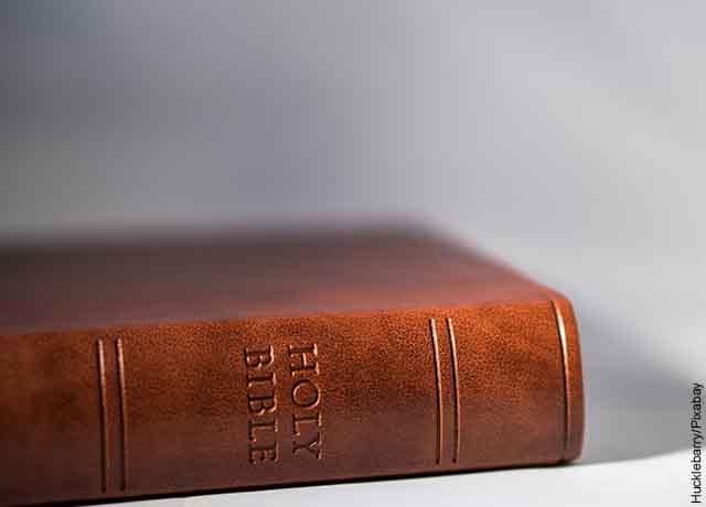 Foto de una biblia cerrada sobre una mesa